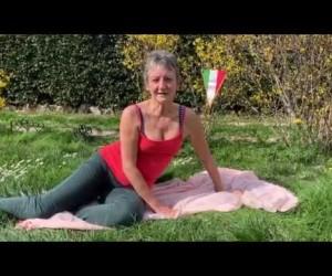 Esercizio 1: Movimenti di vita quotidiana appena alzati. Esercizi per la colonna vertebrale, piccoli dolori e rigidità. Ri-Educazione al Movimento in casa.